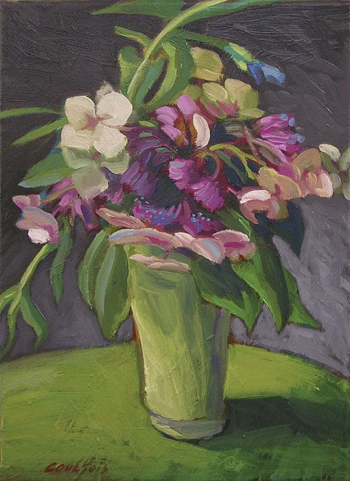 Bouquet d'hortensias dans un vase vert sur table verte