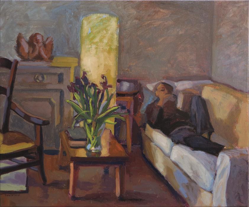 Peinture homme sur un canapé, avec une lampe et une table