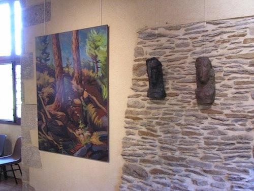 toile représentant des arbres et deux terres cuites accrochées sur un mur