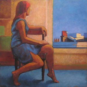 jeune fille assise sur une chaise devant une fenêtre