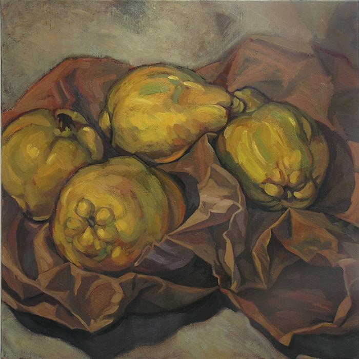 quatre coings jaunes sur papier froissé marron