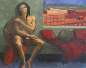 femme nue assise sur un divan vert avec des coussins rouges devant une fenêtre