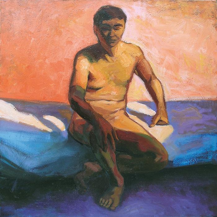 Nu masculin homme assis sur un divan avec forts contrastes