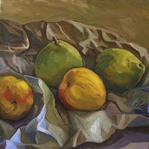 pommes jaunes et poires vertes sur papier froissé