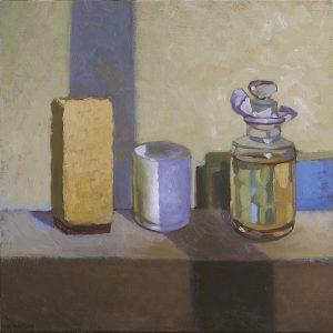 pots et flacon transparent posés avec ombre violette still lives