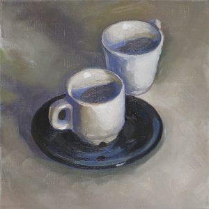 tasses à café blanches avec soucoupe noire
