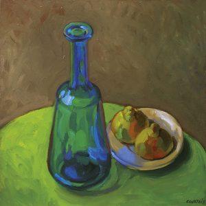 vase bleu transparent sur table ronde verte et citrons