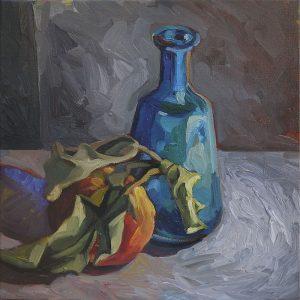 pomme avec feuille fanée et vase bleu sur fond gris