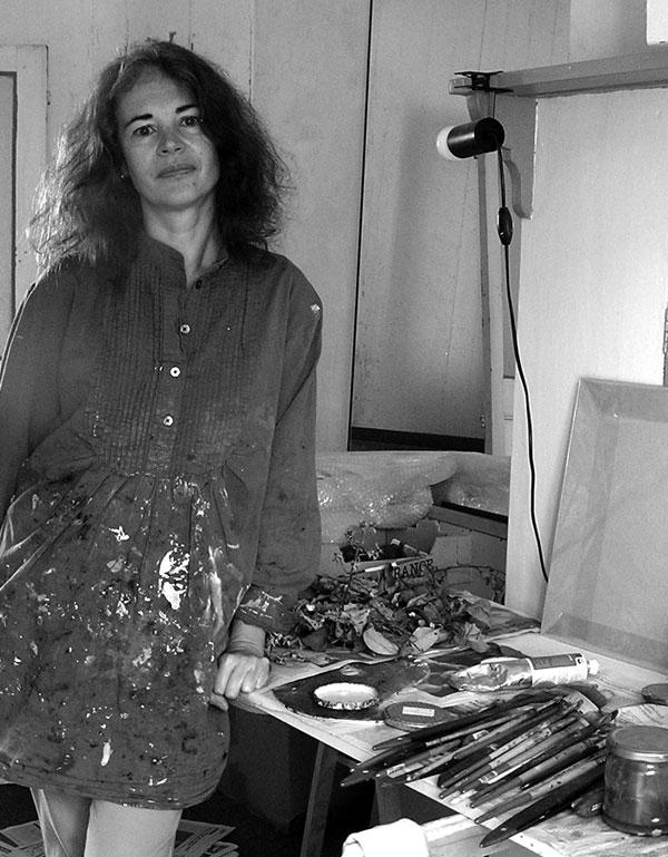 femme artiste peintre dans son atelier