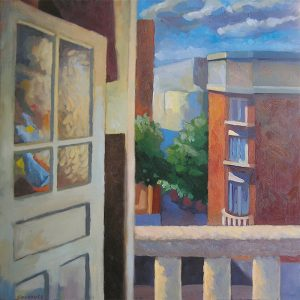 fenêtre ouverte sur balcon et rue avec immeubles anciens